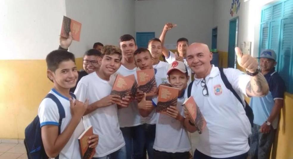 Jovens que participam das palestras ganham livros — Foto: Sinpef-RN