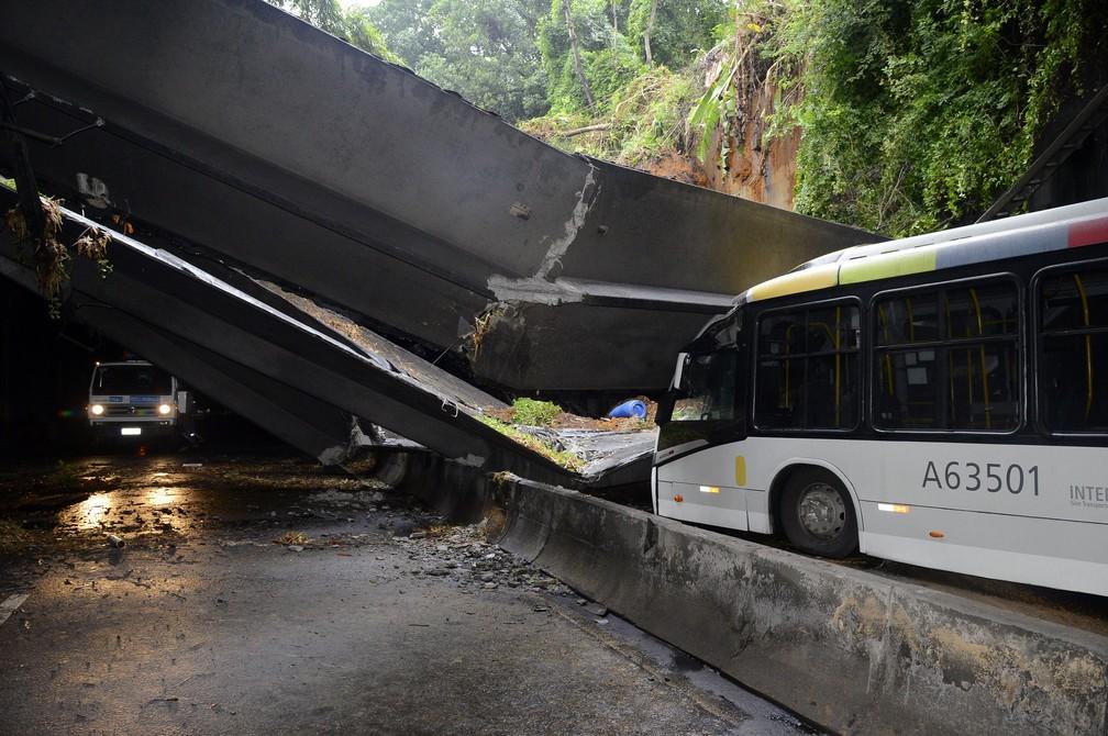 Ônibus atingido por vigas ainda no local do acidente  — Foto: Foto: Richard Santos/Prefeitura do Rio