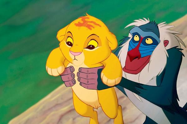O bebê Simba sendo erguido por Rafiki em cena de O Rei Leão de 1994 (Foto: Reprodução)