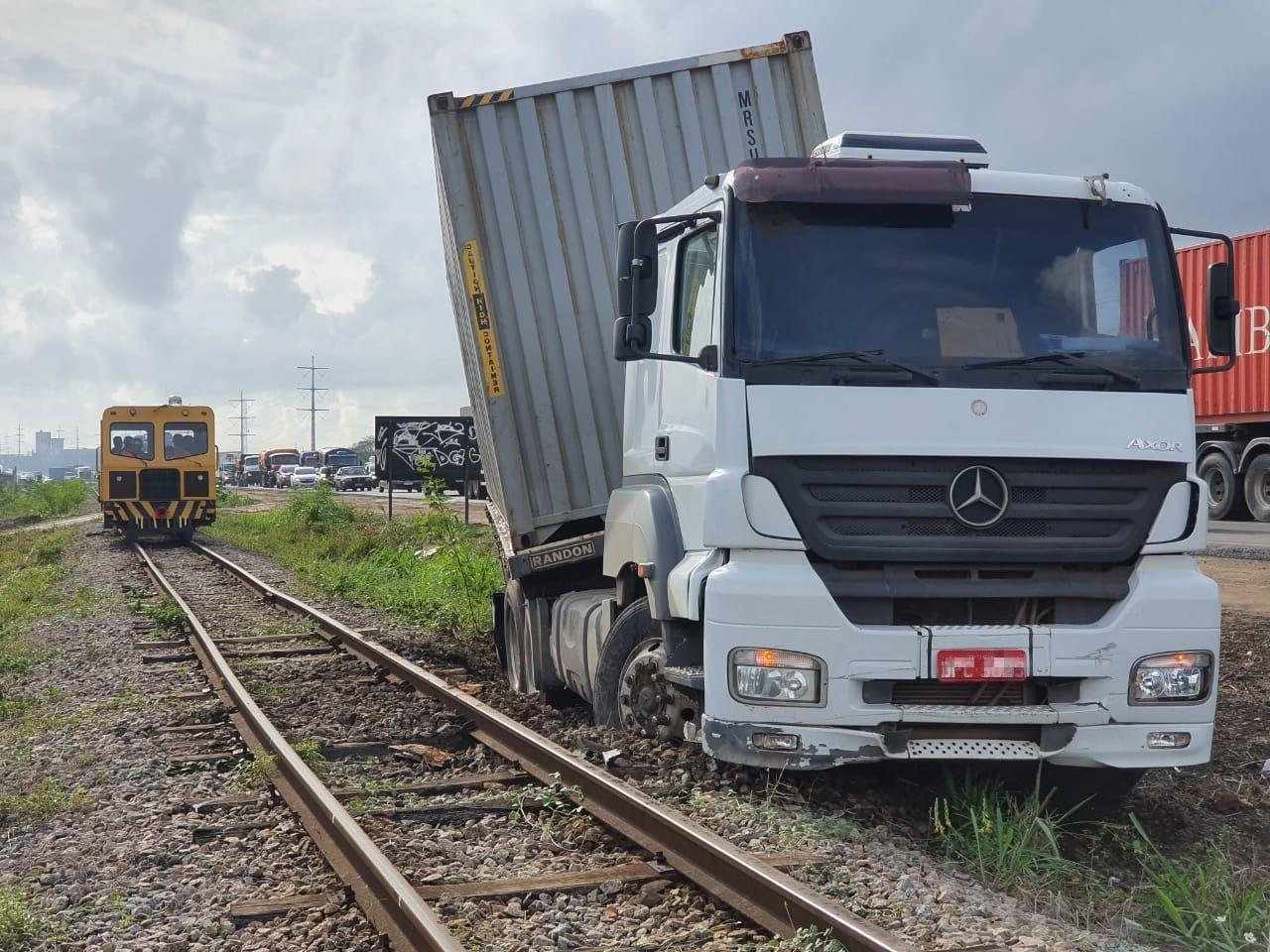 Com chuva, carreta derrapa e colide com automóvel em Caucaia, no Ceará