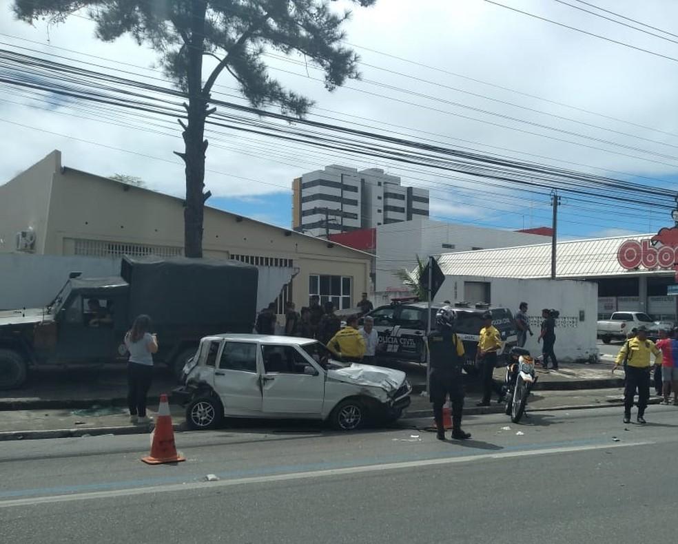 Viatura derruba muro do Quartel do Exército após bater em carro de passeio na Avenida Fernandes Lima, em Maceió — Foto: Carolina Sanches/G1