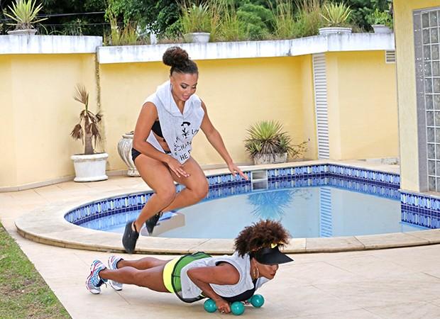 Adriana Bombom treina com a filha Olivia Nobre (Foto: Reginaldo Teixeira / Ed. Globo)