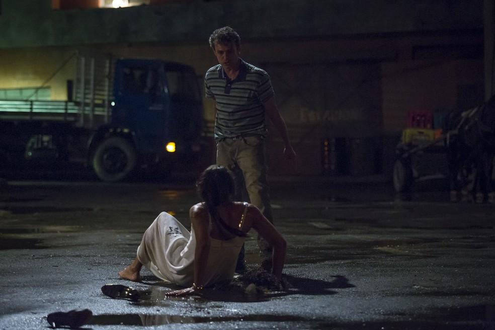 Elis Miranda é agredida pelo irmão em 'A Força do Querer' — Foto: Artur Meninea/Gshow