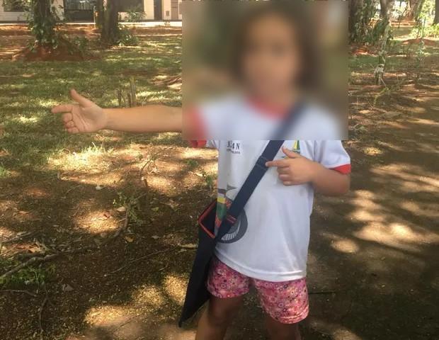 Mel, 5, contou que aprendeu o gesto com uma amiguinha do balé (Foto: Juliana Cristina Leandro)