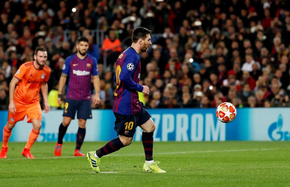 Com cavadinha, Messi faz o primeiro gol contra o Lyon — Foto: Susana Vera/Reuters