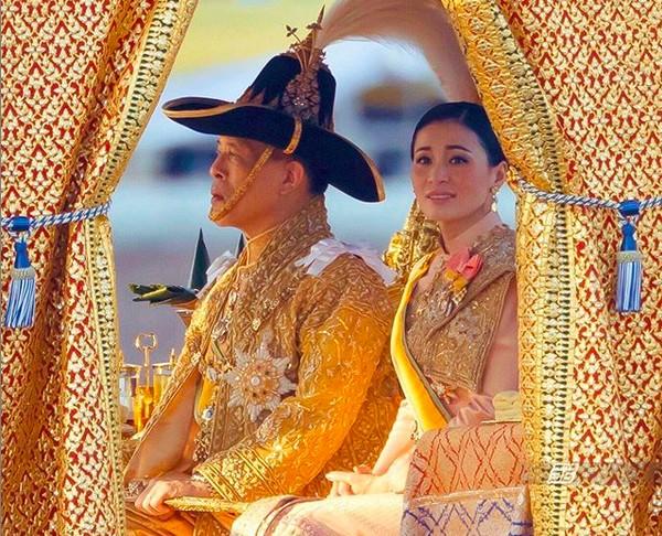 O rei da Tailândia, Maha Vajiralongkorn, também conhecido como Rama X, na companhia da esposa (Foto: Instagram)