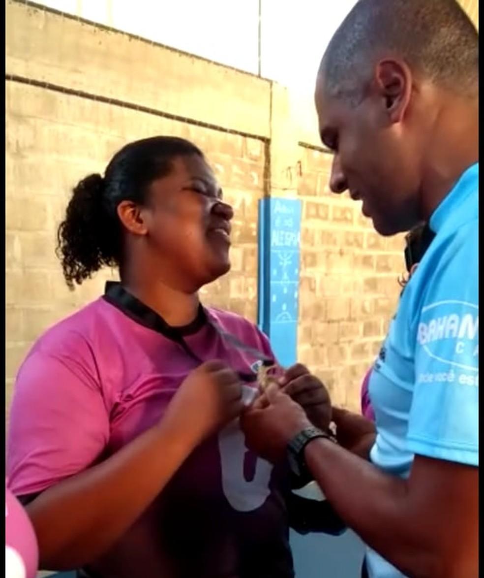 Maria Luzia gostou da surpresa, mas diz que há muito a ser feito pelas pessoas com necessidades especiais  — Foto: Reprodução/PJF