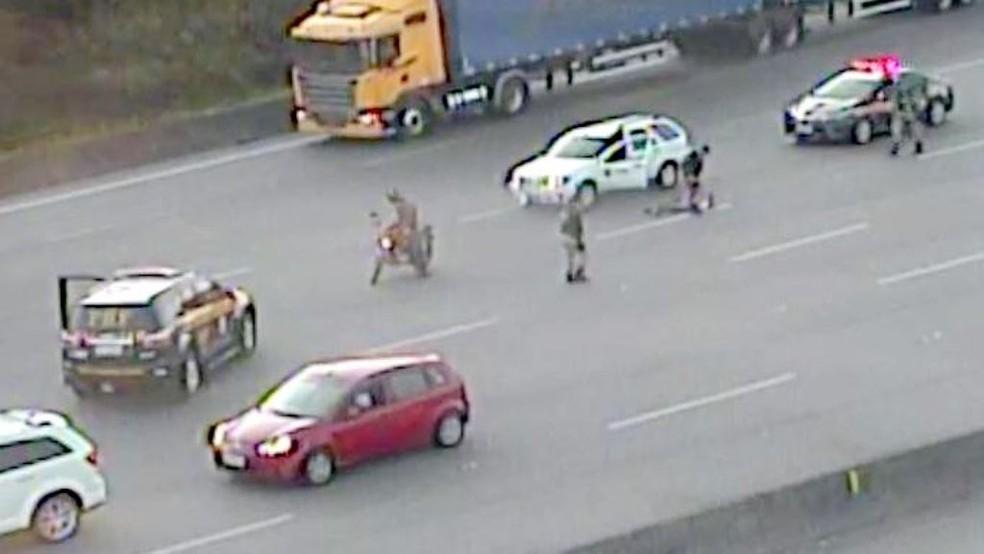 Houve perseguição para a parada do veículo com droga na BR-101 (Foto: PRF/Divulgação)