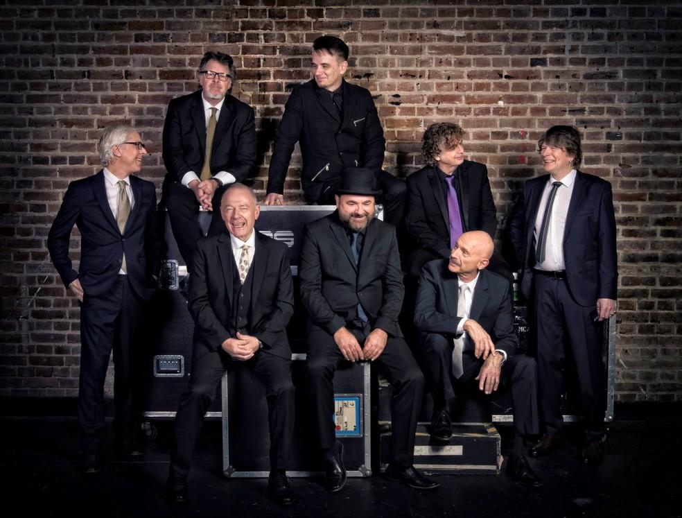 Banda, fundamental na história do Rock Progressivo, tocará no Brasil pela primeira vez. Levin é o primeiro sentado, à direita da foto. Fripp, também sentado, é o primeiro à esquerda. — Foto: Divulgação