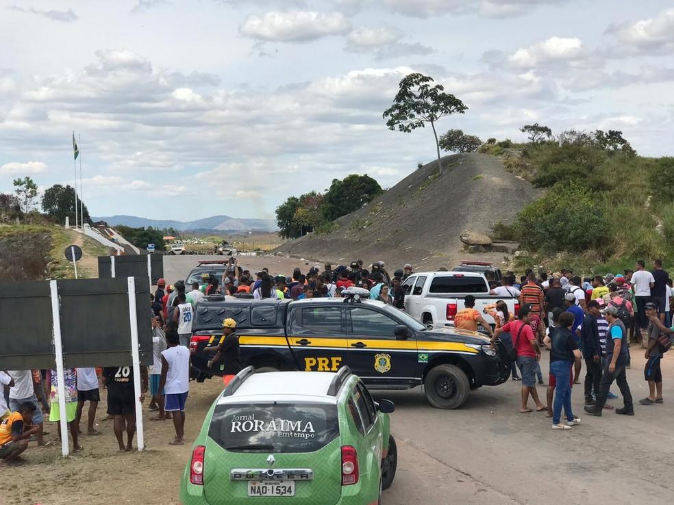 Veículos da Polícia Rodoviária Federal chegam à fronteira do Brasil com a Venezuela — Foto: Alan Chaves/G1 RR