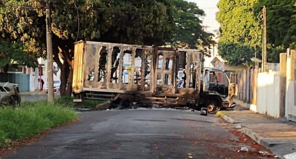 Um dos caminhões incendiados pelos assaltantes em Araraquara — Foto: A Cidade ON/Araraquara