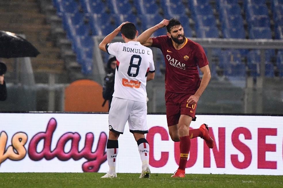 Fazio comemora gol da Roma diante de Rômulo, do Genoa — Foto: Reprodução de Twitter