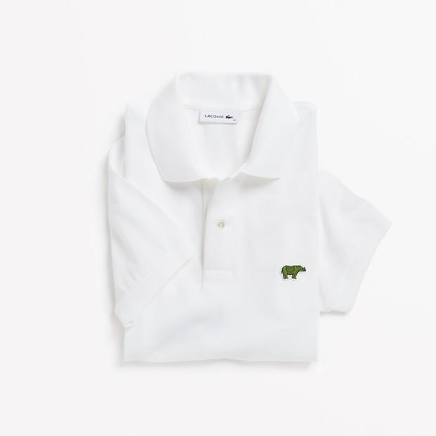 Camisa polo da Lacoste com rinoceronte no lugar do crocodilo (Foto: Divulgação)