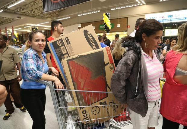 Consumidores esperam na fila para pagar compras feitas no Extra Supermercado durante a Black Friday (Foto: Paulo Pinto/Fotos Públicas)