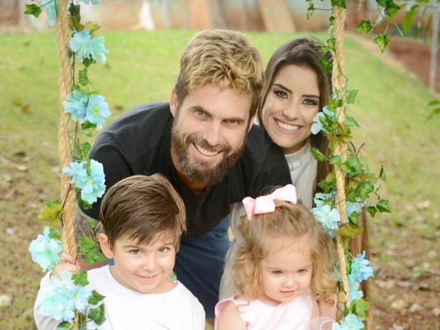 Hudson e Thayra Cadorini com os filhos Davi e Helena (Foto: Rafa Luz/ Divulgação)