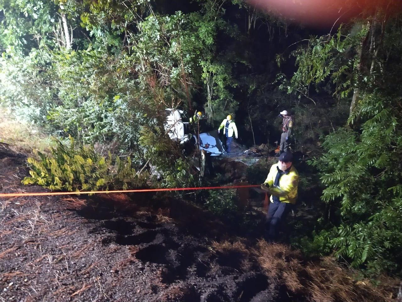 Carro sai da pista e bate em árvores na ERS-135 em Erechim; um morreu e três ficaram feridos, diz polícia