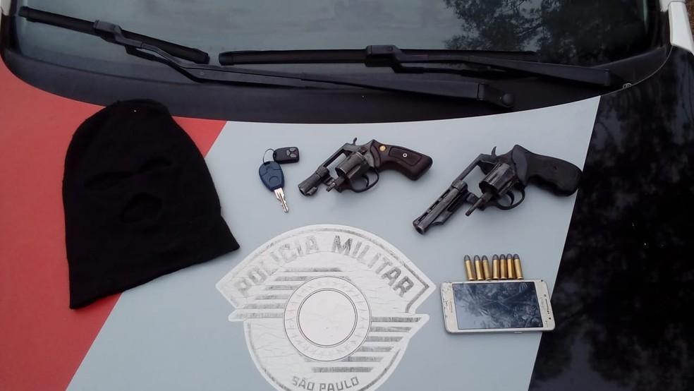 Criminosos armados renderam morador e anunciaram assalto (Foto: Divulgação/Polícia Militar)