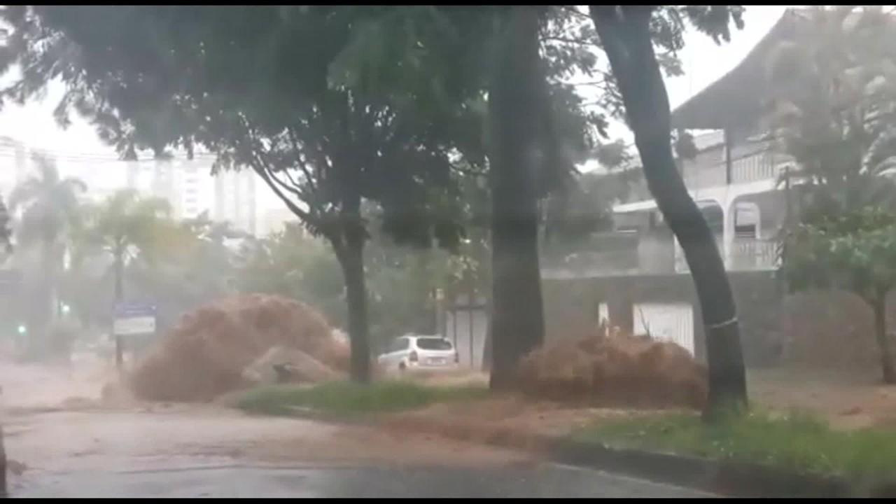 Chuva causa alagamentos no São Bento