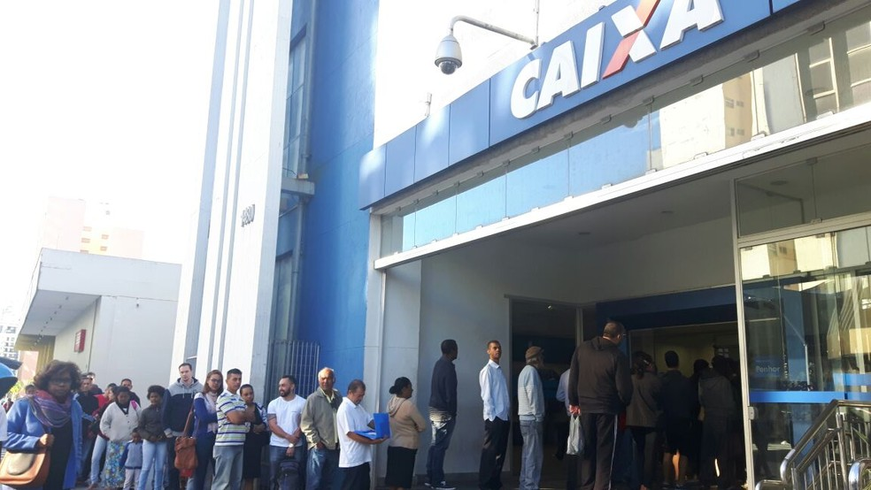 Fila para o saque do FGTS em agência da Caixa na região central de Campinas (Foto: Ana Letícia Lima/G1)
