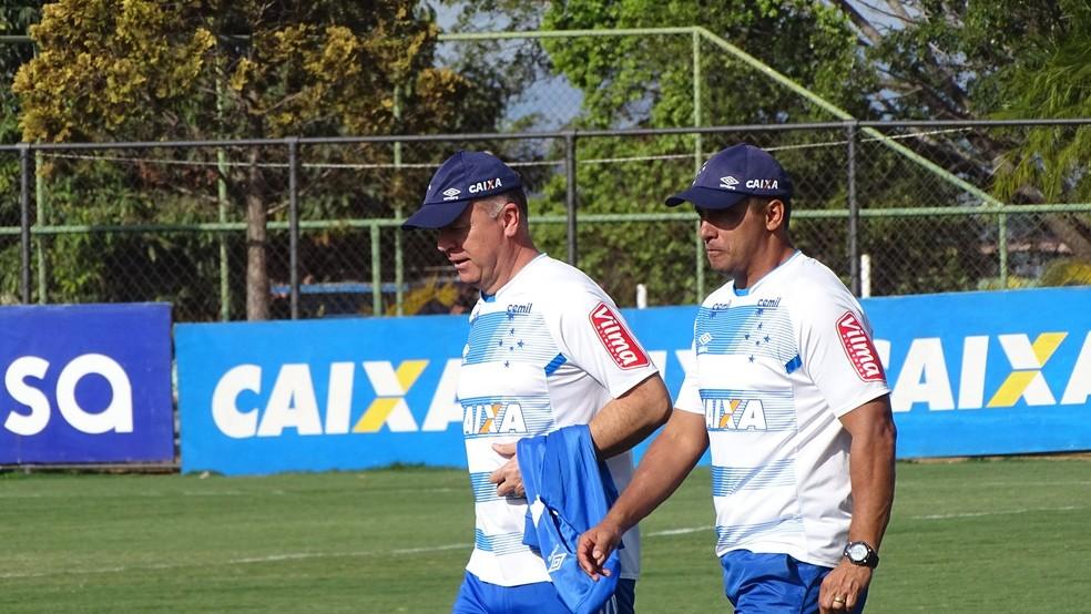 Mano Menezes e o auxiliar Sidnei Lobo não devem ficar no Cruzeiro em 2018 (Foto: Guilherme Frossard)