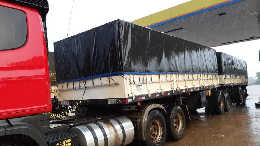 Motorista da carreta informou que, por conta da chuva, precisou acionar o freio, mas o semi reboque perdeu a direção.  — Foto: Divulgação/PRF
