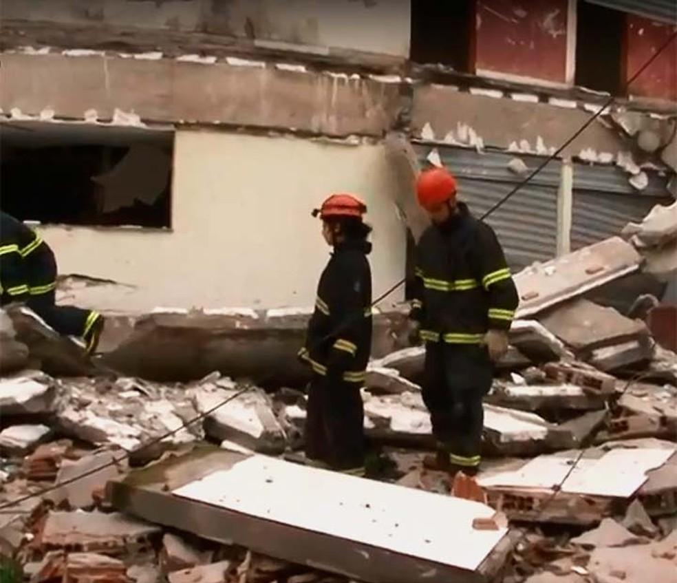 Parte de obra inacabada de shopping popular desabou pela segunda vez em menos de dois anos no sul da Bahia (Foto: Reprodução/TV Santa Cruz)