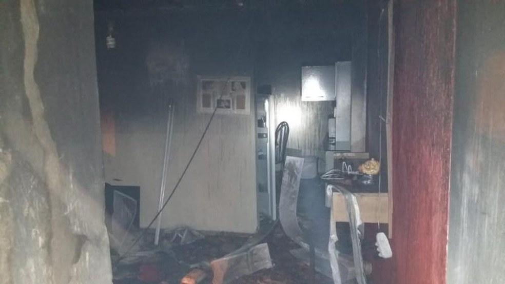 Fogo deixou cômodos danificados em casa de Avaré — Foto: Divulgação/Corpo de Bombeiros