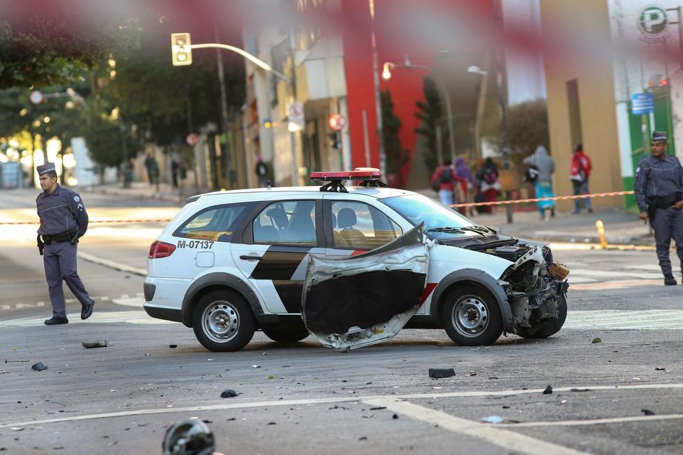 Viatura da PM bateu em moto e deixou dois ocupantes feridos na região da Rua da Consolação (Foto: DARIO OLIVEIRA/ESTADÃO CONTEÚDO)
