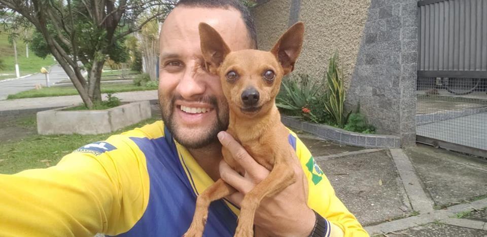 Ângelo faz amizade com cachorros por onde passa no interior de São Paulo (Foto: Facebook / Carteiro Amigos dos Animais)