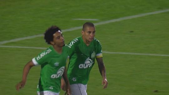 Wellington Paulista faz gol, mas juiz marca impedimento