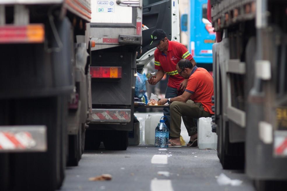 Caminhoneiros se alimentam durante paralisação no acostamento da Rodovia Rodoanel Mário Covas, na região de Embu das Artes (SP) (Foto: Marcelo Brandt/G1)