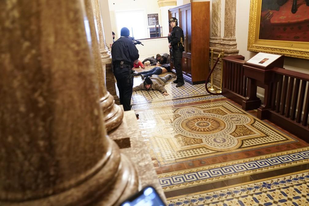 Apoiadores de Trump são detidos após invadir Congresso dos EUA e paralisar sessão que confirmaria vitória de Biden — Foto: Andrew Harnik/AP