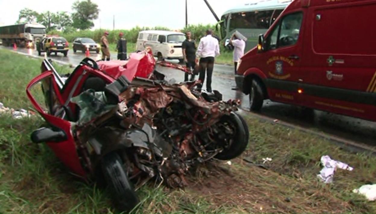 Acidente entre ônibus e carro deixa um motorista morto na PR-218