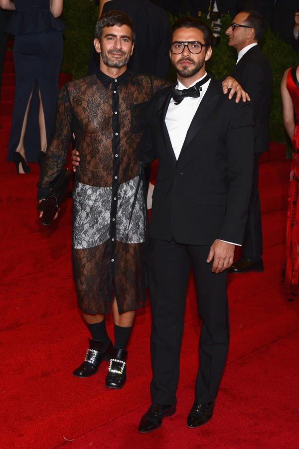 Marc Jacobs e o vestido de renda Comme des Garçons saído da passarela da marca em look que deu o que falar no Met Gala de 2012. (Foto: Getty Images)