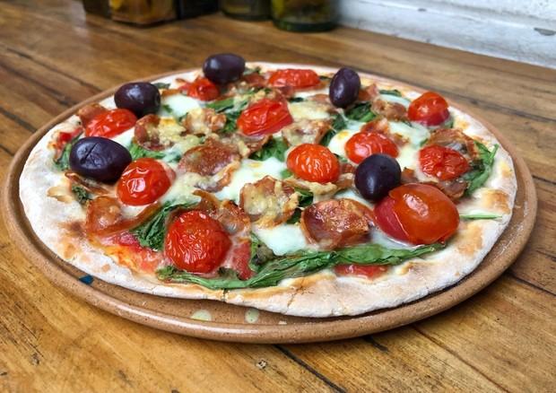 Dia da Pizza: comemore com uma versão com mussarela de búfala, parmesão e calabresa (Foto: Divulgação/Guilherme Hungria)