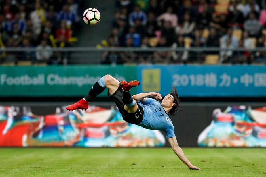 Cavani faz de voleio, Suárez também marca, e Uruguai bate a República Tcheca
