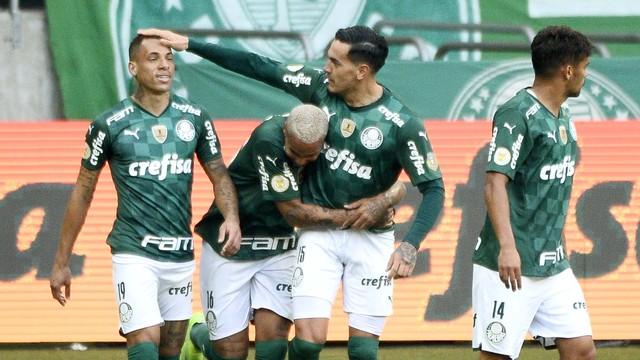 Jogadores do Palmeiras festejam gol contra o Santos