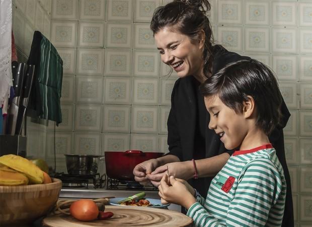 Lara Folster e seu filho, Gael (Foto: Luiz Maximiano)
