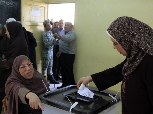 Mulher egípcia vota durante referendo em um local de votação em Mahalla el-Kubra (Foto: Reuters)