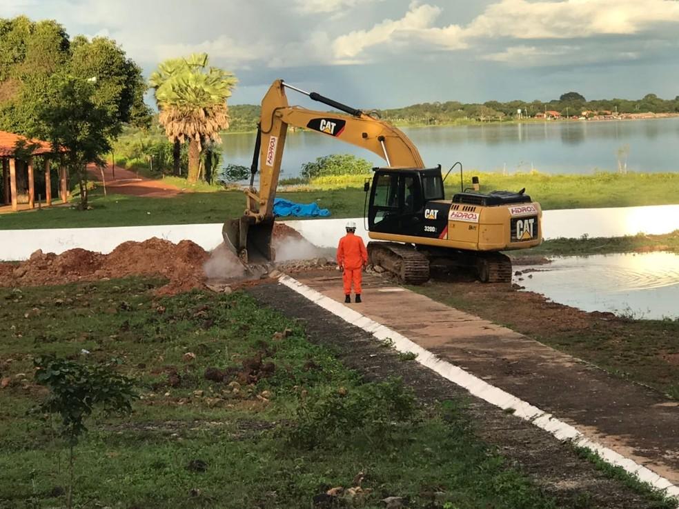 Obras emergenciais são realizadas na barragem do Bezerro para evitar rompimento (Foto: Aniele Brandão/TV Clube)