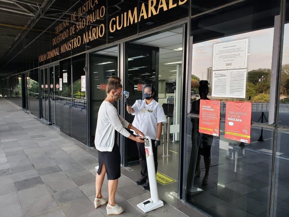 Funcionário do Tribunal de Justiça fazem medição de temperatura na entrada do Fórum Criminal Ministro Mário Guimarães, na Barra Funda, em SP. — Foto: Divulgação/TJ-SP
