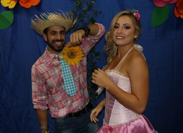 Os ex-BBBs Kaysar e Jéssica foram padrinhos de casamento de Paula e Breno em festa junina no sábado (30) (Foto: AgNews)