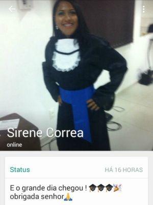 Sirene postou uma foto usando uma beca antes de ser 'banhada' de tinta (Foto: Arquivo pessoal/ Sirene Corrêa)
