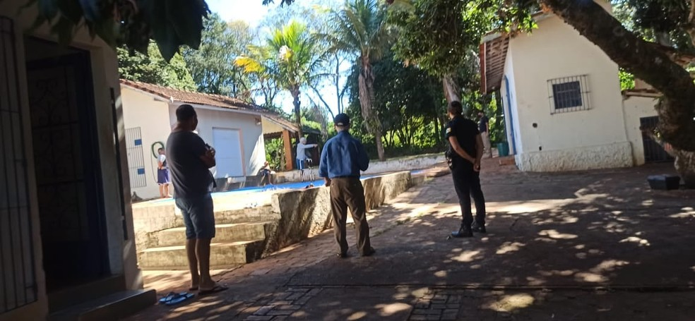 Agentes foram até a casa de repouso clandestina nesta sexta-feira (9) em São Manuel — Foto: Prefeitura de São Manuel/Divulgação