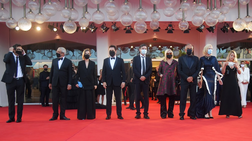 Os membros do júri do 77º Festival de Cinema de Veneza, Nicola Lagioia, Joanna Hogg, Matt Dillon, Christian Petzold, Veronika Franz, Cate Blanchett e Ludivine Sagnier, o diretor do festival de Veneza, Alberto Barbera e o presidente da Bienal de Veneza, Roberto Cicutto — Foto: TIZIANA FABI / AFP