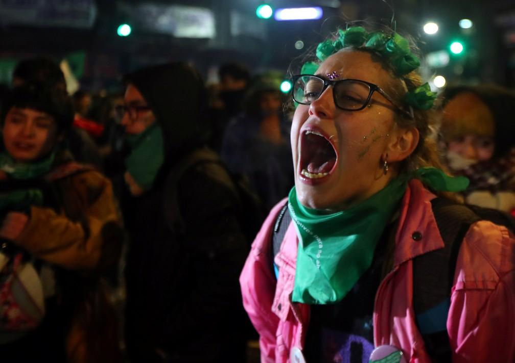 -  Manifestante a favor da legalização do aborto reage à rejeição do projeto no Senado argentino  39;  39;  Foto: Reuters/Marcos Brindicci