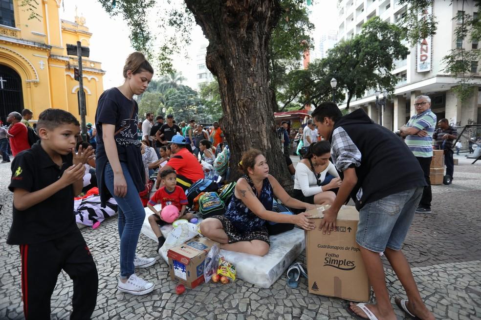 Ex-moradores do prédio que desabou recebem doações enquanto aguardam na rua (Foto: Marcelo Brandt/G1)