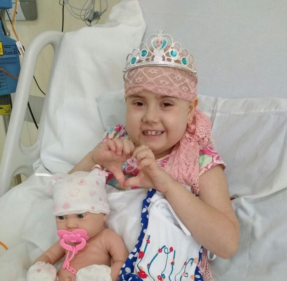 Júlia Abrame durante tratamento em hospital  (Foto: Arquivo Pessoal/Adriana Abrame)