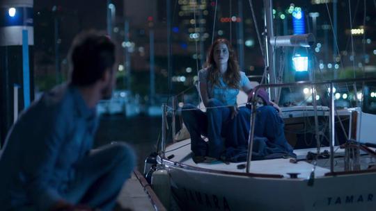 Mônica e Evandro fogem de barco e Malagueta ajuda com dinheiro