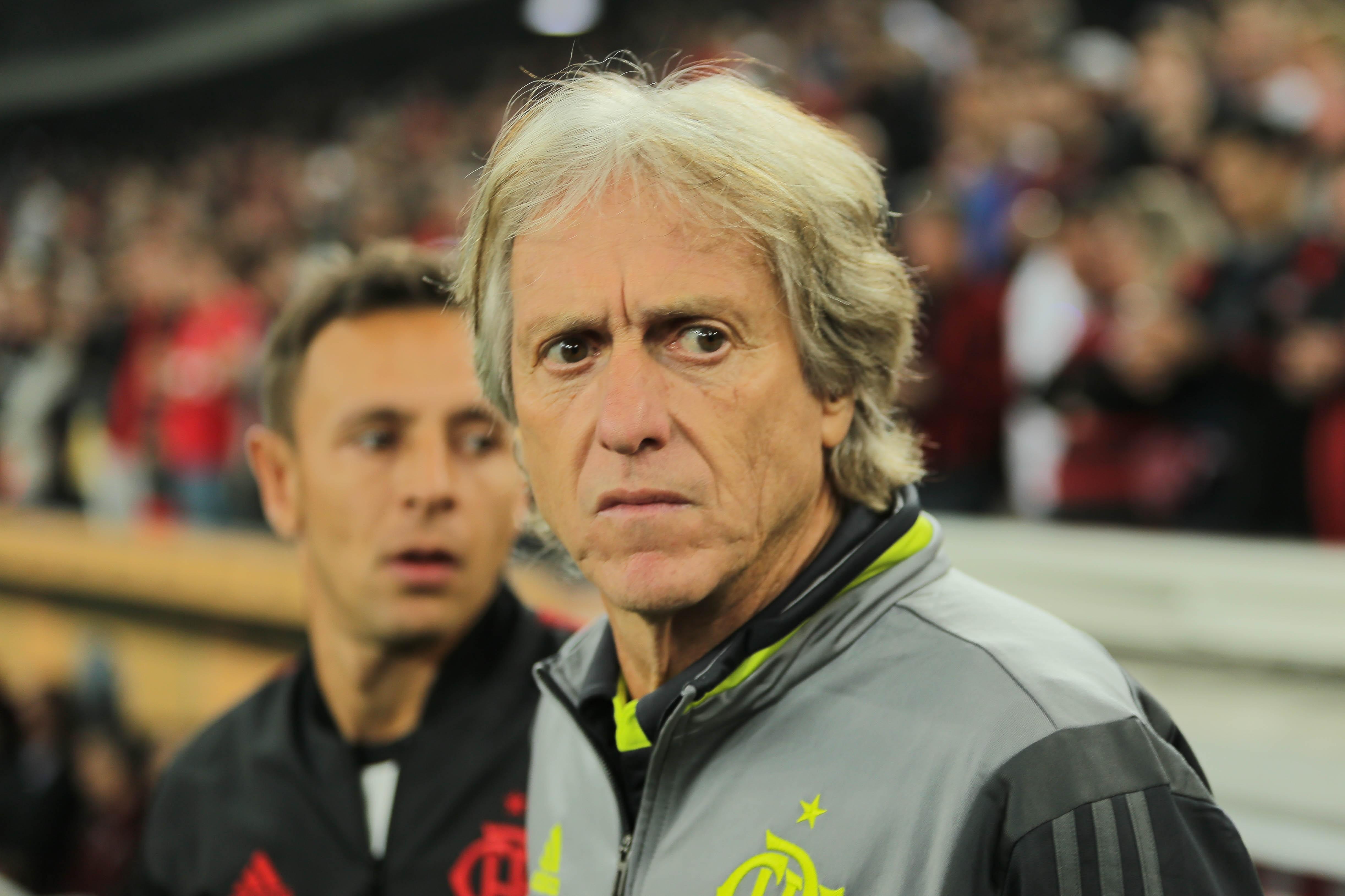 Jorge Jesus estreia no Flamengo; ao fundo, o recém-contratado Rafinha